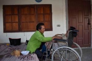 นางราตรี คามุลทา อายุ 66 ปี ยายที่ดูแลหลานพิการ ถูกตามทวงเงินส่วนต่างถึงบ้านพัก