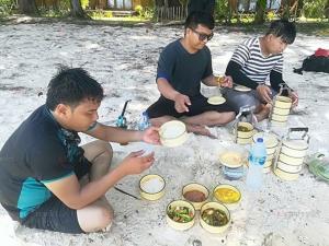 """หนุ่มผู้ประกอบการท่องเที่ยวตรังจัดทริป """"หิ้วปิ่นโตลงเล"""" ช่วยอนุรักษ์สิ่งแวดล้อม"""