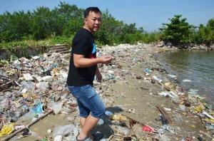 ตะลึง! ขยะจากทะเลนับล้านถูกคลื่นซัดมากองเป็นภูเขาบริเวณร่องปากน้ำชุมพร