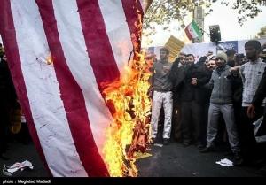 <i>ชาวอิหร่านเผาธงชาติอเมริกัน ระหว่างการชุมนุมในกรุงเตหะรานเมื่อวันอาทิตย์ (4 พ.ย.) </i>