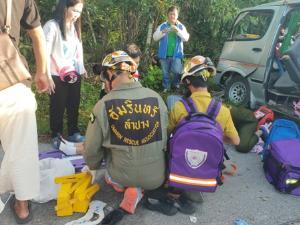 หวิดสลด! รถตู้ นร.ลำปางรับเด็กเกินกำหนด ชนเสาไฟเจ็บยกคันรวม 21 ราย(ชมคลิป)