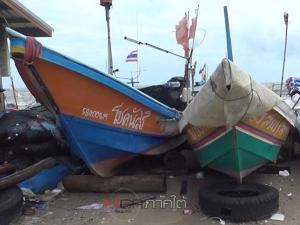 ชาวประมงพื้นบ้านสงขลาต้องนำเรือขึ้นชายหาดหลบคลื่นลมแรง
