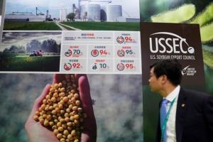 ห้องแสดงนิทรรศการของสภาส่งออกถั่วเหลืองแห่งสหรัฐฯ (U.S. Soybean Export Council)ใน CIIE ครั้งแรก ในเซี่ยงไฮ้ ซึ่งจัดขึ้นระหว่างวันที่ 5-10 พ.ย. 2018 ทั้งนี้กลุ่มบริษัทสัญชาติอเมริกันตบเท้าเข้ามาแสดงสินค้าและบริการในมหกรรมแสดงสินค้านำเข้า CIIE มากเป็นอันดับที่สาม รองจากกลุ่มบริษัทจากญี่ปุ่น และกลุ่มบริษัทแดนโสมขาว  (ภาพ รอยเตอร์ส)