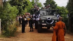 """มทบ.210 จัดกองเกียรติยศรับศพ """"จ่าเพียน"""" ทหารช่างเหยื่อระเบิดซ้อมรบ"""