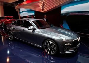 ดูยังไงๆจากมุมไหน มันก็คือ BMW Series 5 ตระกูลเวียดนาม นี่คือรถต้นแบบ S2.0 LUX เปิดตัวในงานปารีสมอเตอร์โชว์เดือนที่แล้ว -- อัตราภาษีนำเข้าจากกลุ่มอาเซียนเป็น 0% ขนข้ามแดนลาวเข้ามา ค่าขนส่งก็ไม่มากมาย หรือจะมาทางเรือขึ้นแหลมฉบังก็ยังได้ ถ้าขายคันละล้านห้าล้านหกได้ รถยี่ปุ่นราคาแพงแถวนี้จะไหวไหม ปลายปีหน้าคงได้รู้กัน.