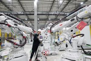 """ไปดู VinFast เวียดนามติดตั้งหุ่นยนต์ 1,200 ตัว เริ่มผลิต """"เหวียนบีเอ็มฯ"""" ต้นปีหน้า"""