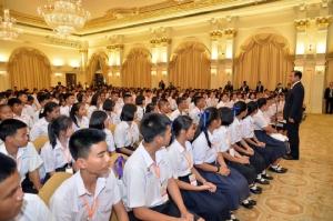 """""""บิ๊กตู่"""" ให้โอวาทนักเรียนโครงการพี่ทหารสานฝัน สู่ทำเนียบฯ กตัญญูรู้ทันการเปลี่ยนแปลง"""