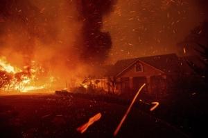 """ชมภาพโกลาหล:  """"ไฟป่าแคลิฟอร์เนีย"""" สูง 15 ม. เผาบ้านเรือนหลายร้อย ทั้งโรงพยาบาล-โรงเรียน มีคนเสียชีวิต"""