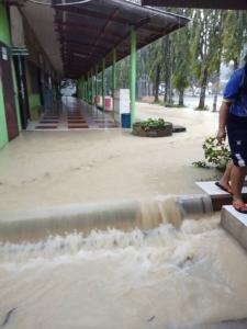 พายุฝนกระหน่ำประจวบฯ อ่วม โรงเรียนประกาศหยุดการเรียนการสอนแล้วเกือบ 20 แห่ง