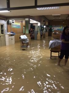 น้ำท่วมเข้าอาคารผู้ป่วยนอก รพ.บางสะพานแล้ว ลุ้นคืนนี้อาจมีฝนตกเพิ่มอีก