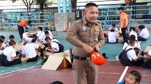 ซูฮกหัวใจ! ตำรวจจิตอาสาเมืองราชบุรี เล่นดนตรีเปิดหมวกซื้อหมวกกันน็อกแจกน้องนักเรียน