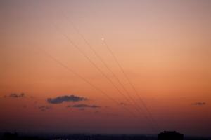 จรวดที่พวกนักรบปาเลสไตน์ยิงออกมาจากฉนวนกาซา กำลังพุ่งเข้าหาดินแดนของอิสราเอล เมื่อวันจันทร์(12ก.ย.)