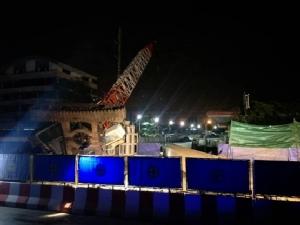 เครนก่อสร้างรถไฟฟ้าสายสีชมพู สลิงขาด ล้มพาดเสาไฟฟ้าปากซอยรามอินทรา 87
