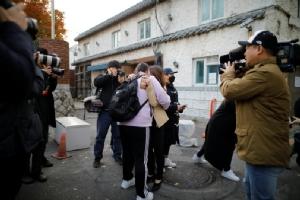 คุณแม่ชาวเกาหลีใต้กอดให้กำลังใจลูกสาวซึ่งกำลังจะสอบเอนทรานซ์ ที่สนามสอบแห่งหนึ่งในกรุงโซล วันนี้ (15 พ.ย.)