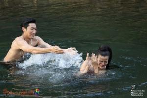 """""""ไนกี้ – จูน"""" ฟินไม่ออก จูบสะดุดเพราะโดนปลาตอด"""