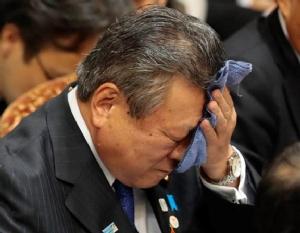 นายโยชิทากะ ซากุระดะ ขณะถูกซักถามจากสมาชิกรัฐสภา