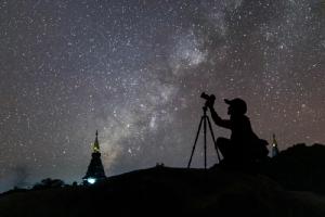 ภาพถ่ายทางช้างเผือกในช่วงที่ตำแหน่งใจกลางทางช้างเผือกตกลับขอบฟ้าไปแล้ว (ภาพโดย : ศุภฤกษ์ คฤหานนท์ / Camera : Canon EOS R / Lens : Canon RF 24-105mm f/4L IS USM / Focal length : 35 mm. / Aperture : f/4.0 / ISO : 6400 / Exposure : 15sec)