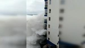 โคตรน่ากลัว!!คลื่นยักษ์ซัดถล่มตึกริมทะเล อพยพหนีตายกันจ้าละหวั่น(ชมคลิป)