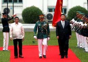 <i>ประธานาธิบดีโรดริโก ดูเตอร์เต ของฟิลิปปินส์ นำ ประธานาธิบดีสี จิ้นผิง ของจีน ตรวจแถวทหารกองเกียรติยศ ในพิธีต้อนรับซึ่งจัดขึ้นในวันอังคาร (20 พ.ย.) ที่ทำเนียบประธานาธิบดีในกรุงมะนิลา </i>