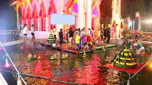 หนึ่งเดียวในไทย..ทำมากว่า 20 ปี! ชาวสากเหล็กเร่งเติมน้ำเตรียมลอยกระทงรอบโบสถ์พรุ่งนี้
