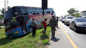 ขวัญผวา!! นักเรียนเกือบ 50 ชีวิต รอดตายหลังรถบัสตกร่องกลางถนน โชคดีไม่ได้รับบาดเจ็บสาหัส