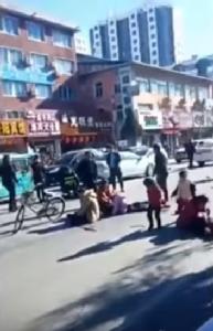 In Pics&Clips: สุดระทึก!! เด็กประถมจีนดับ 5 บาดเจ็บ 18 หลังคนขับพุ่งรถออดี้เข้าชนกลุ่มนักเรียนกำลังข้ามถนนระหว่างพักเที่ยง