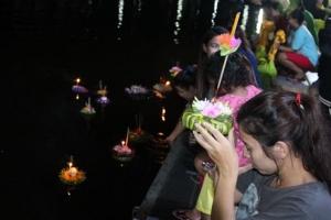 คนไทย นักท่องเที่ยวทั้งพังงา-ภูเก็ต เลือกใช้กระทงจากธรรมชาติร่วมสืบสานประเพณี