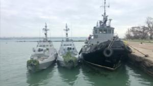 เรือ 3 ลำของกองทัพยูเครนซึ่งถูกรัสเซียยึดและนำไปจอดไว้ที่ท่าเรือแห่งหนึ่งในช่องแคบเคิร์ช