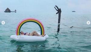"""ยืนรับลมริมทะเล! """"นาตาลี"""" เสิร์ฟความเผ็ดนุ่งบิกินี่ตัวจิ๋ว เที่ยวทะเลมัลดีฟส์"""