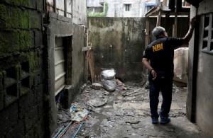 เจ้าหน้าที่จากสำนักงานสอบสวนแห่งชาติฟิลิปปินส์เข้าไปตรวจสอบจุดที่ เคียน ลอยด์ เดลอส ซานโตส ถูกตำรวจยิงสังหารในปฏิบัติการต่อต้านยาเสพติดที่เมืองคาลูกัน (Caloocan) ซึ่งตั้งอยู่ในเขตเมโทรมะนิลา