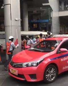 แท็กซี่ปฏิเสธผู้โดยสาร โดน รปภ.ห้างดังไล่ ไม่พอใจลงมาหาเรื่อง ก่อนซัดกันนัว ด้านห้างดังออกมาแจงแล้ว (ชมคลิป)