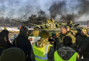 <i>ประธานาธิบดีเปโตร โปโรเชนโก ของยูเครน (ที่2จากขวา) แต่งชุดทหารไปพูดจากับพวกทหารที่ค่ายแห่งหนึ่งในเขตเชอร์นิฮิฟ ของยูเครน เมื่อวันพุธ (28 พ.ย.)  ทั้งนี้ โปโรเชนโก พยายามรบเร้าให้โลกตะวันตกแสดงการหนุนหลังยูเครน มากกว่าแค่การออกคำแถลง ทว่าดูจะยังไม่ประสบความสำเร็จ </i>