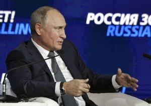 <i>ประธานาธิบดีวลาดิมีร์ ปูติน ของรัสเซีย พูดในเวทีด้านการลงทุน ซึ่งจัดขึ้นที่กรุงมอสโก เมื่อวันพุธ (28 พ.ย.) โดยที่เขาพาดพิงถึงเหตุการณ์เผชิญหน้าทางทะเลกับยูเครนคราวนี้ว่า ปัจจัยสำคัญคือประธานาธิบดีเปโตร โปโรเชนโก ต้องการได้รับเลือกตั้งอีกสมัยหนึ่งในต้นปีหน้า  ขณะที่คะแนนนิยมในเวลานี้ของเขาตกต่ำหนัก </i>