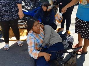ภาพประทับใจ! ชาวบ้านช่วยกางร่มพัดวี 2 แม่ลูกประสบเหตุรถชน แม่กอดลูกสาวแน่นแนบอก