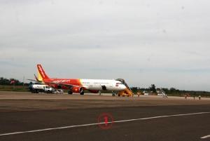 A321 เจ้าปัญหาจอดนิ่งที่ลานจอดด้านหนึ่งของสนามบินเมืองบวนมาท๊วด ใส่ล้อใหม่ให้ เพื่อรอการสอบหาสาเหตุที่ล้อเดิมหลุดกระเด็นไปขณะลงจอดเมื่อ 4 วันก่อน ทีมผู้เชี่ยวชาญจากแอร์บัสยุโรป จะเริ่ม