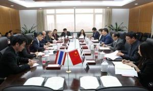 """การลงนามบันทึกความเข้าใจว่าด้วยความร่วมมือจัดตั้งศูนย์วิจัย """"หนึ่งแถบหนึ่งเส้นทางไทย-จีน""""  ชื่อย่อ CTC ระหว่างสถาบันวิจัยการพัฒนาและยุทธศาสตร์แห่งชาติ มหาวิทยาลัยประชาชนแห่งประเทศจีน และศูนย์วิจัยยุทธศาสตร์ไทย-จีน สำนักงานคณะกรรมการวิจัยแห่งชาติไทย"""