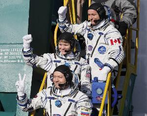 (หน้าไปหลัง) โอเล็ก โกโนเน็นโก (Oleg Kononenko) แอนน์ แมคเคลน (Anne McClain) มนุษย์อวกาศสังกัดองค์การบริหารการบินอวกาศสหรัฐฯ (นาซา) และ เดวิด แซงต์-ฌาคส์ (David Saint-Jacques) มนุษย์อวกาศจากองค์การอวกาศแคนาดา (Canadian Space Agency) (Shamil ZHUMATOV / POOL / AFP)