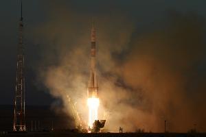 จรวดโซยุซทะยานจากฐานปล่อยในคาซัคสถานเมื่อ 3 ธ.ค.2018 นำลูกเรือมุ่งหน้าสู่สถานีอวกาศนานาชาติ (Kirill KUDRYAVTSEV / AFP)
