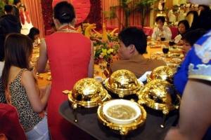 ภาพงานเลี้ยงฉลองแต่งงานที่โรงแรมแห่งหนึ่งในนครคุนหมิง มณฑลอวิ๋นหนันเมื่อปี 2004 เจ้าภาพได้จัดโต๊ะกลม 16 ที่นั่ง สำหรับแขกคนสำคัญที่สุดในงานฯ ภาชนะอุปกรณ์สำหรับกินดื่มทั้งหมดบนโต๊ะล้วนเป็นทองคำ ! (ภาพ สื่อจีน)