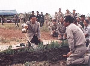 ในหลวง ร. ๙ ทรงปลูกหญ้าแฝกเพื่อเป็นต้นแบบในการแก้ปัญหาเรื่องดินแก่ราษฎร