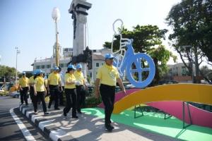 """""""อัศวิน"""" นำทีม กทม.จิตอาสาพระราชทาน ทำความสะอาด ปรับภูมิทัศน์เส้นทาง Bike อุ่นไอรัก"""