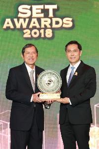 01ดร. ชัยวัฒน์ วิบูลย์สวัสดิ์ประธานกรรมการ ตลาดหลักทรัพย์แห่งประเทศไทยมอบรางวัล Best CEO Awards 2018ให้กับคุณปรีชาเอกคุณากูล กรรมการผู้จัดการใหญ่ และประธานเจ้าหน้าที่บริหาร