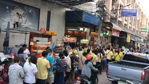 """""""เจ๊ไวท์นมสด-ร้านพันธมิตร"""" ทำดีเพื่อพ่อปีที่ 36 ขนนมสด-ขนมปัง-ผัดไทยแจกคนลำปางฟรี"""