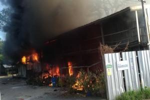ระทึก! เพลิงไหม้แคมป์คนงานก่อสร้างเสียหาย 40 ห้อง