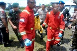 ทหารและตำรวจอินโดนีเซียลำเลียงศพคนงานก่อสร้างที่ถูกกบฏแย่งแยกดินแดนสังหารโหดมาถึงเมืองติมิกา (Timika) ในจังหวัดปาปัว วันนี้ (6 ธ.ค.)