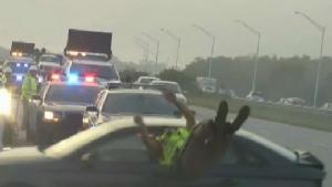 นาทีระทึก!!รถเสียหลัก ตำรวจพลีกายช่วยชีวิตพลเมืองรอดถูกชนหวุดหวิด(ชมคลิป)