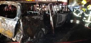 แท็กซี่เสยท้ายรถพ่วงจอดเสียบนสะพานคลองประเวศ ไฟท่วมคลอกคนขับดับ