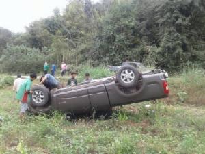 รถยนต์ประสบอุบัติเหตุ เสียหลักพลิกคว่ำลงข้างทาง เหตุถนนลื่นจากฝนตกผสมคราบน้ำยางพารา ซึ่งเกิดขึ้นบนทางหลวงหลายแห่งในจ.เลย