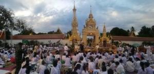 (ภาพชุด)พลังศรัทธาชาวพุทธเรือนหมื่นร่วมปฏิบัติบูชาพระธาตุพนม