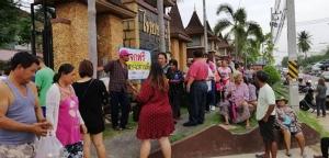 คนใจบุญแจกข้าวสารอาหารแห้งฟรีให้แก่ชาวบ้านหนองขาม ชลบุรี กว่า 400 คนที่มารอรับ
